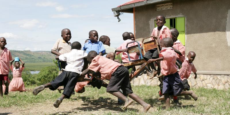 Børn leger i Kakundi-skolen i Uganda