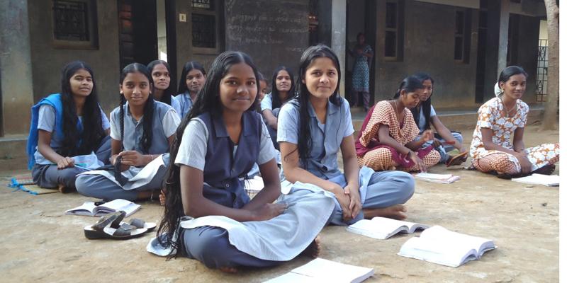 Udendørs lektielæsning på børnehjemmet i Kariyalur i Indien