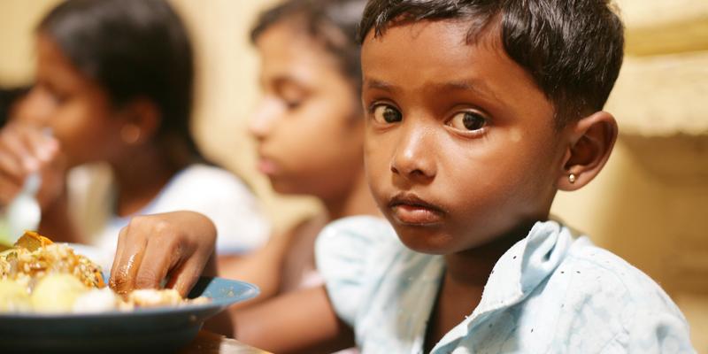 Børn spiser i Senkadagala-skolen for døve og blinde i Kandy i Sri Lanka
