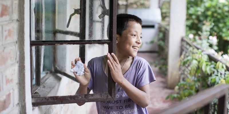 Dreng vasker vindue på Albella Boys Home