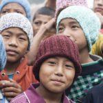 Frivillige i Verdens Børn har strikket huer til drengene i Albella Boys Home