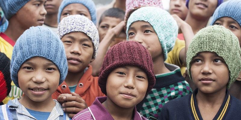 Frivillige i Verdens Børn har strikket huer til drengene i Albella Boys Home i Indien