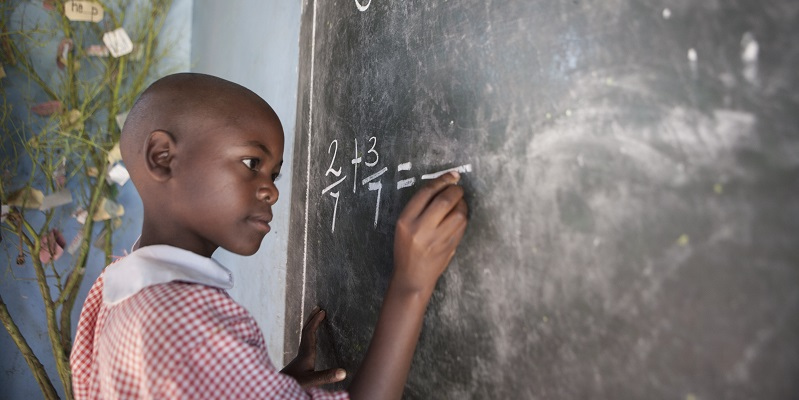 Pige ved tavlen i Kakundi-skolen i Uganda