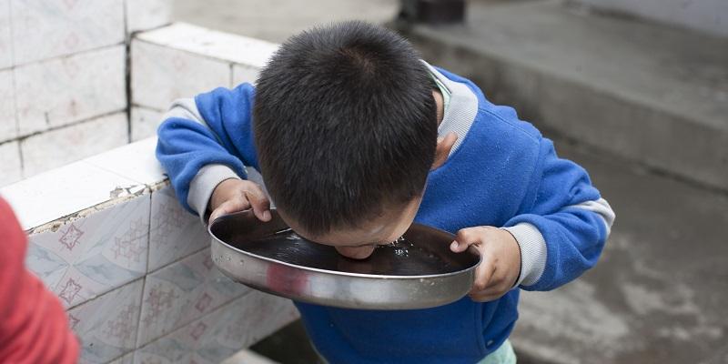 Dreng drikker vand - Albella Boys Home i Indien