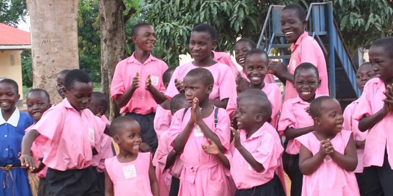 Børn danser på Entebbe-skolen i Uganda