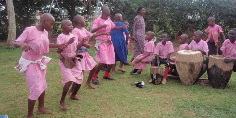 Børn danser i skolen i Entebbe i Uganda