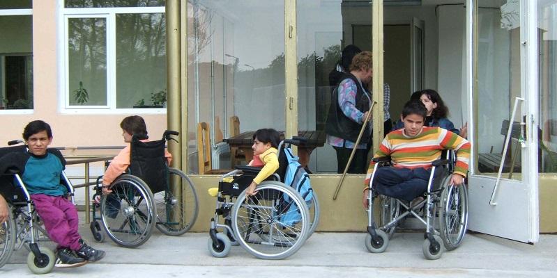 Foran ungdomsbolligen i Lukovit i Bulgarien