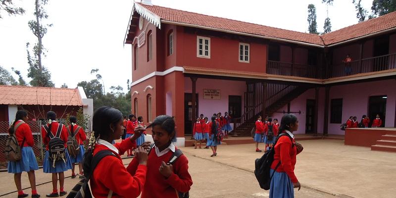 Pigeskolen i Ooty, hvor de fleste af pigerne fra Happy Home går