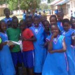 Børn i skolegården i Madera-skolen i Uganda