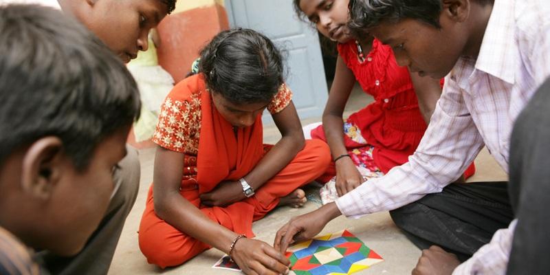 Børn leger på børnehjemmet V. Sithur i Indien