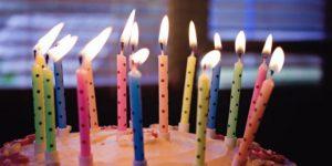 Fødselsdagskage med lys